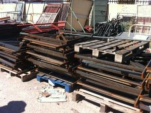 palés de madera y barandillas de hierro